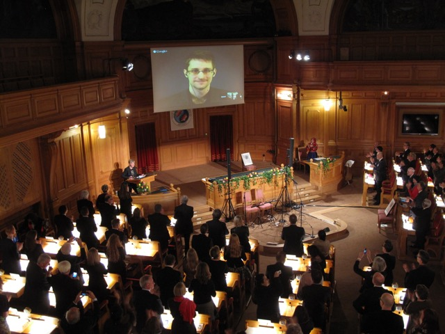 Standing ovations for Edward Snowden during the Ceremony! // Applaus für Edward Snowden während der Zeremonie!